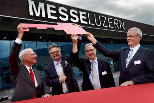 Alfred N. Becker (links, Präsident Messe Luzern AG) erhält den Schlüssel an der Eröffnung der Messehalle 1 auf der Allmend. Stefan Roth (2. von links), Robert Küng (3. von links) und Franz Müller freuen sich mit. (Bild: Nadia Schärli / Neue LZ)