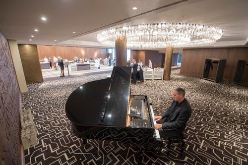Ein Pianist spielt vor dem Ballsaal. (Bild: Urs Flüeler / Keystone)
