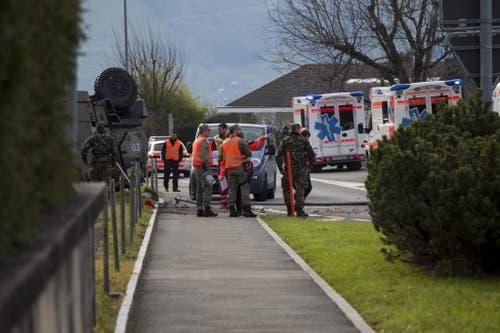 Kapo Schwyz und Militärpolizei versuchen, den Unfallhergang zu rekonstruieren (Bild: Geri Holdener / Bote der Urschweiz)