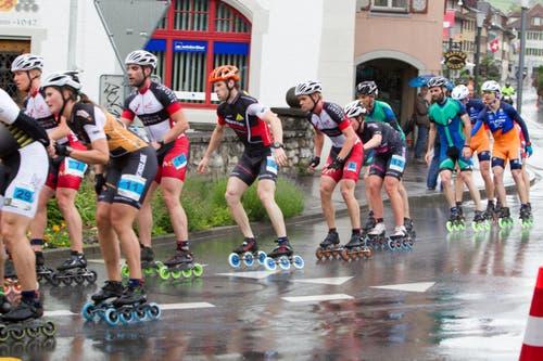 Skater Marathon: Die Verfolger von Wenger und auf nasser Strasse in Sempach. (Bild: Beat Blättler)