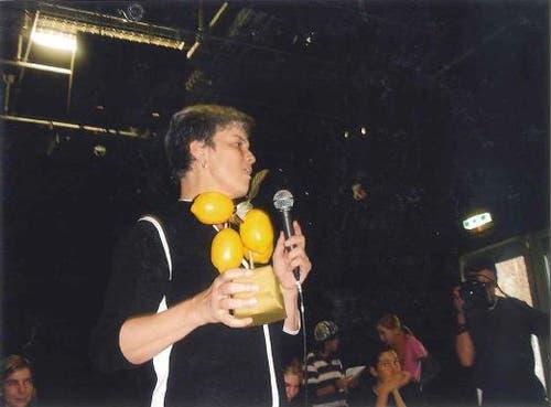 Bernadette Schaller-Kurmann, Präsidentin des Kantonsrats, beim Verleih der sauren Zitrone wegen der Spar-Reform 2006. (Bild: zvg)