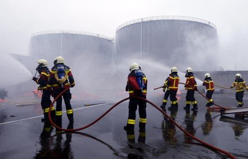 Es handelt sich um eine besonders grösse Übung beim sensiblen Tanklager des Bundes. (Bild: Werner Schelbert)