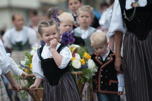 Das OK des Jodlerfestes Schüpfheim präsentiert sich am Umzug mit Kindern und Grossskinder in der Tracht. (Bild: Pius Amrein / Neue LZ)