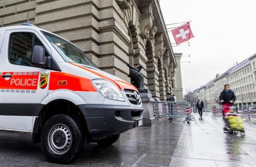 Für alles vorbereitet: Ein Polizeiauto steht vor dem Eingang des Bundeshauses. (Bild: THOMAS HODEL)