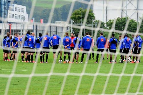 Aufmerksam horchen die FCL-Spieler den Anweisungen von Markus Babbel. (Bild: Keystone / Urs Flüeler)