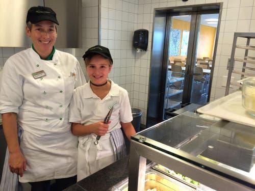 Auf dem Bild zu sehen sind unsere Köchin Irma Bühlmann mit Tochter Antonia. Sie sind startbereit für die 1100 Gäste, die am heutigen Mittag im Selbstwahl-Restaurant MERCATO des CAMPUS SURSEE erwartet werden. Antonia hilft mit beim Anrichten der Teller. An ihrer Station gabs heute Pizza-Fleischkäse, Teigwaren und Broccoli. (Bild: zvg)