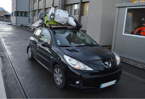 Ein tunesischer Lenker, der in Frankreich wohnt, ist in Stans erwischt worden. Der Mann transportierte einen Roller - auf dem Dach eines Kleinwagens. (Bild: Kantonspolizei Nidwalden)