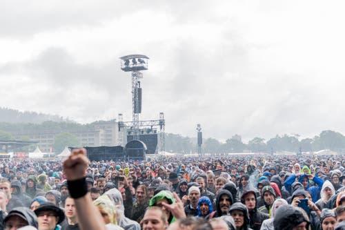 Die Allmend einmal anders: Zuschauer während des Konzertes von Sabaton. (Bild: Roger Grütter)