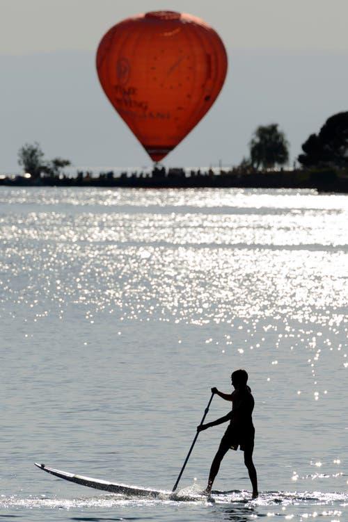 Im Heissluftballon bei Montreux könnte es doch etwas heiss sein. Dann doch lieber Standup-Paddeln. (Bild: Keystone)