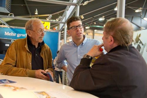 Die Leser Adolf Lustenberger (links) und Walter Albisser (rechts) im Gespräch mit Jérôme Martinu, stv. Chefredaktor. (Bild: Dominik Wunderli / Neue LZ)