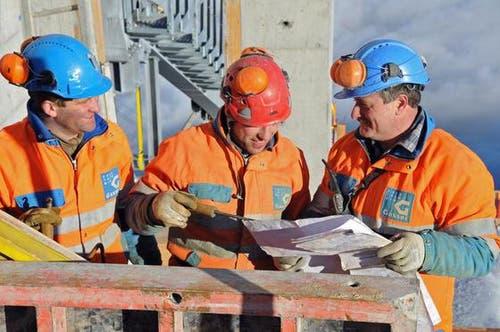16. Januar: Schalungsarbeiten bei der neuen Bergstation (von links): Die Maurer Marco Durrer, Peter Käslin und Polier Zeno Spichtig. (Bild: Robert Hess / Neue OZ)