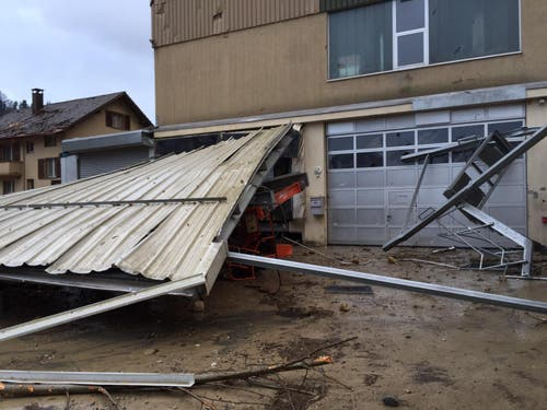 Das Vordach mitsamt Industriekran wurde zu Boden gerissen. (Bild: Leserreporter)