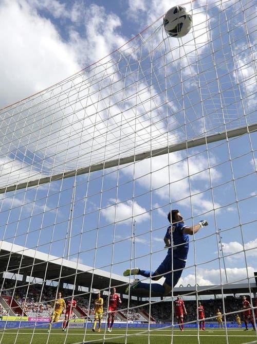 Der Thuner Goalie Guillaume Faivre muss den 1:1-Treffer vom Luzerner Florian Stahel hinnehmen. (Bild: Keystone)