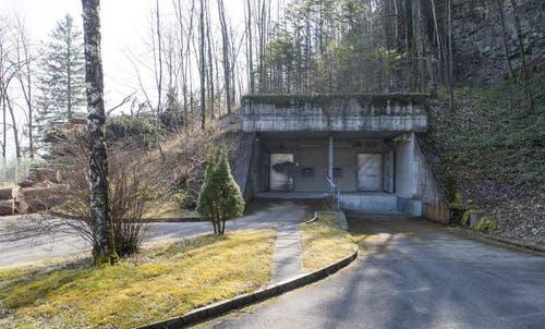 Eingang des Bunkers mit der ersten Sicherheitsschleuse in Attinghausen. (Bild: Keystone)