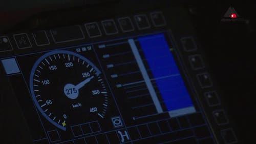 Der Tacho zeigt es an: Höchstgeschwindigkeit. (Bild: Alptransit Video)