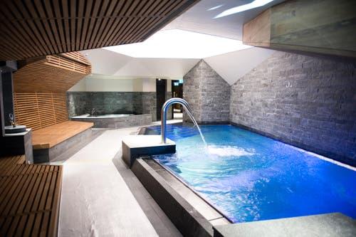 Pool im 300 Quadratmeter grossen Wellnessbereich. (Bild: Dominik Wunderli / Neue LZ)