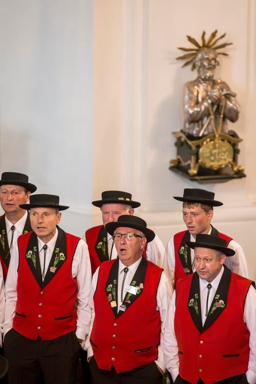 Der Jodelclub Sempach beim Wettvortrag in der Katholischen Pfarrkirche. (Bild: Alexandra Wey/Keystone)