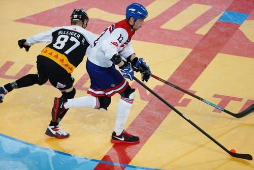 Die Nummer 87 der Schweizer im Duell um den Ball gegen die Nummer 12 des tschechischen Teams. (Bild: Stefan Kaiser (Neue ZZ))