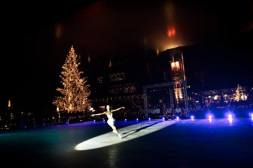 28. November: «Live on Ice» - das traditionelle Eisfeld vor dem KKL Luzern wurde eröffnet. (Bild: Manuela Jans / Neue LZ)