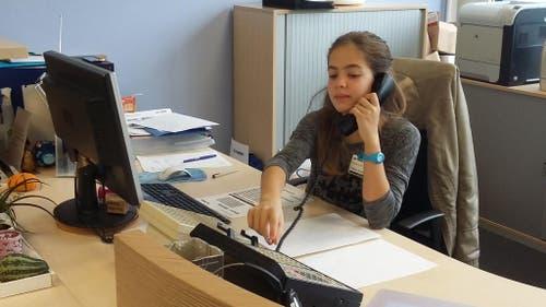Ingram Micro GmbH, Cham: Nina Araújo Gomes übt den Telefondienst am Empfang. (Bild: Sandra Araújo Gomes)