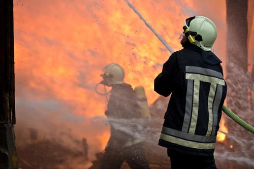 80 Feuerwehrleute standen bis spät in die Nacht im Einsatz. (Bild: Dominik Wunderli / Neue LZ)
