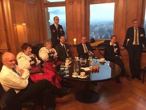 Ein Teil der Zuger Delegation im Bundeshauscafé des Alpes. (Bild: Harry Ziegler / Neue ZZ)