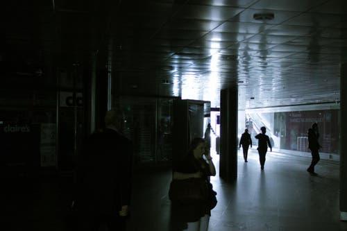 Dunkel am heiterhellen Tag: So war es während des Stromausfalls im Luzerner Bahnhofgebäude. (Bild: Christian Volken / luzernerzeitung.ch)