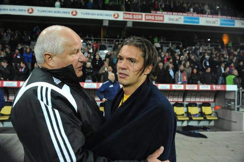 16. Mai 2012: FCL-Präsident Walter Stierli tröstet Stürmer Adrian Winter. (Bild: Philipp Schmidli)