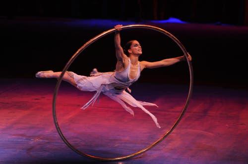 Eine anmutige, kraftvolle Tänzerin und ein riesiger Ring, der seinen eigenen Willen zu haben scheint, vereinen sich als Partner in einer bezaubernden Choreographie. (Bild: PD)