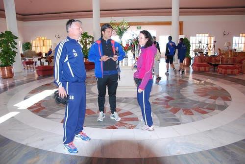 Pressechef Stefan Bucher, links, und Murat Yakin in der Hotel-Lobby. (Bild: Daniel Wyrsch/Neue LZ)