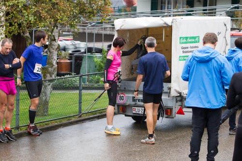 Utensilien der Läufer werden verladen. (Bild: Beat Blättler)