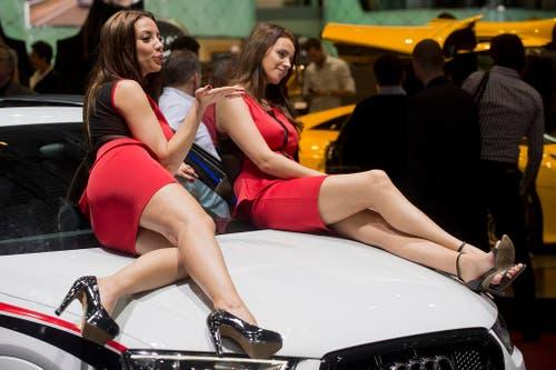 Küsschen für das Publikum: Zwei Hostessen räkeln sich auf einem Audi. (Bild: Keystone)