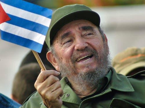 fidel Castro schwingt die Kubanische Flagge im Mai 2005. (Bild: ALEJANDRO ERNESTO)