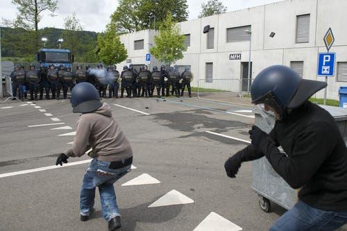 In der Übung wird eine Demonstration simuliert. (Bild: Keystone / Anthony Anex)