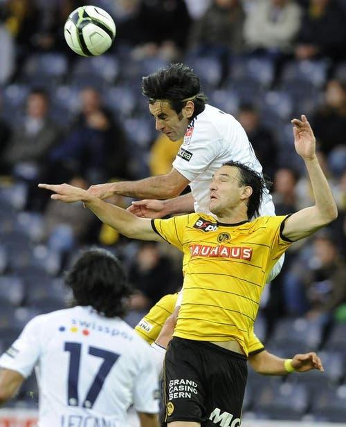 Tomislav Puljic steigt höher als Alain Nef. (Bild: Keystone)