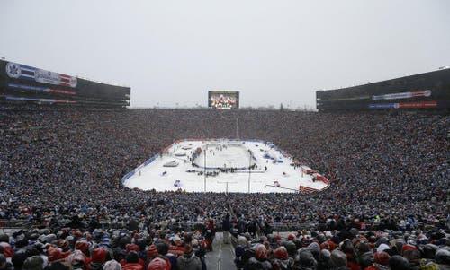 Die Toronto Maple Leafs haben das sechste Winter Classic der NHL gegen die Detroit Red Wings vor einer Weltrekordkulisse mit 3:2 gewonnen. 105'491 Zuschauer sahen das Spiel bei Schneefall und Minusgraden im Michigan Stadium. (Bild: Keystone)