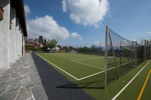 Die sanierte Sporthalle und der Sportplatz mit Kunstrasen. (Bild: Dominik Wunderli / Neue LZ)