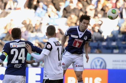 Dimitar Rangelov vom FCL (rechts) köpft den Ball. (Bild: Keystone)