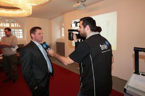 André Windlin gibt Interviews nach der Wahlbekantgabe. (Bild: Roger Zbinden / Neue LZ)