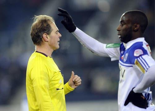 Schiedsrichter Cyril Zimmermann, links, diskutiert mit Lausannes Chris Malonga. (Bild: Keystone)