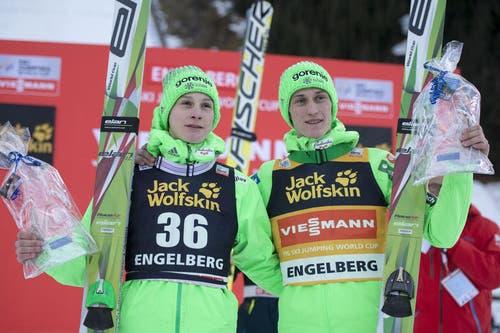 Das Brüder-Duo aus Slowenien am Samstag an der Spitze: Domen Prevc (links) wird Zweiter und sein älterer Bruder Peter Prevc ist Sieger des Springens am Samstag. (Bild: Keystone / Urs Flüeler)