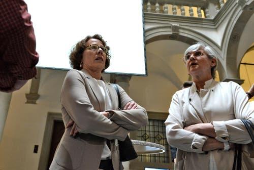 Die gescheiterte Luzerner Regierungsratskandidatin Felicitas Zopfi (mitte) ist enttäuscht darüber, dass die SP ihren Sitz in der Exekutive verloren hat. Es wäre im Sinne der Demokratie, dass auch Minderheiten eingebunden seien, sagte sie, rechts Regierungsrätin Yvonne Schärli. (Bild: Nadia Schärli / Neue LZ)