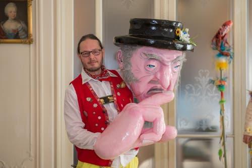 Patrick Steffen siegt in der Kategorie der Einzelmasken mit dem Sujet «Appenzeller Chäs». (Bild: Dominik Wunderli / LZ (Luzern, 13. Februar 2018))