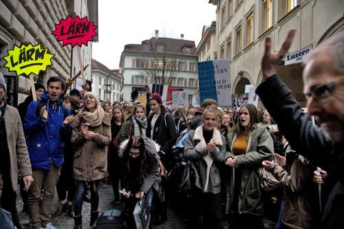 Lautstarker Protest vor dem Regierungsgebäude (Bild: Nadia Schärli / Neue LZ)