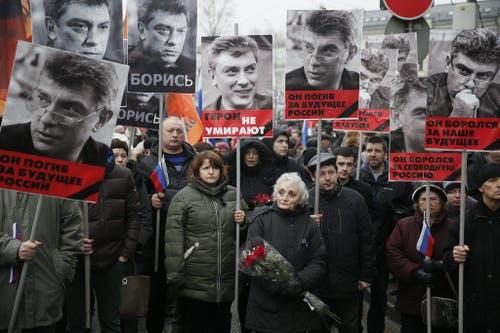 27. Februar: In Moskau wird der 55-jährige Boris Nemzow, einer der prominentesten Kritiker des russischen Präsidenten Wladimir Putin, auf offener Strasse ermordet. (Bild: EPA / Sergei Ilnitsky)