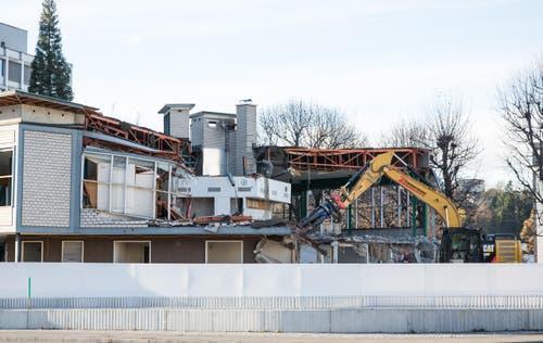 Bereits sind Teile des Schindler-Pavillons abgerissen. (Bild: Manuela Jans- Koch)