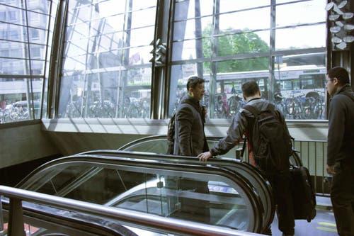 Die stillstehende Rolltreppe irritierte diese Reisenden: Darf man hier runter oder nicht? (Bild: Christian Volken / luzernerzeitung.ch)