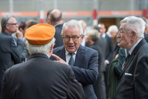 Alt-Bundesrat Arnold Koller, Mitte, unterhält sich mit Trauergästen. (Bild: Urs Flüeler / Keystone)