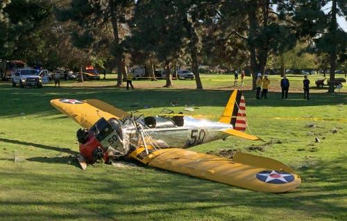 Harrison Ford stürzt mit seinem einmotorigen Flugzeug in Kalifornien ab. Der US-Schauspieler wird ins Spital gebracht, glücklicherweise jedoch nur leicht verletzt. (Bild: AP / Damian Dovarganes)