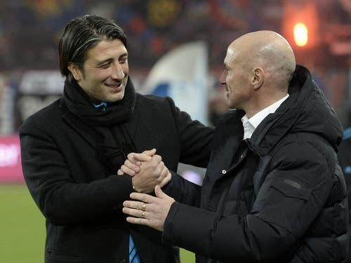 FCB-Trainer Murat Yakin (links) gibt FCL-Trainer Carlos Bernegger vor dem Spiel die Hand. (Bild: Keystone)